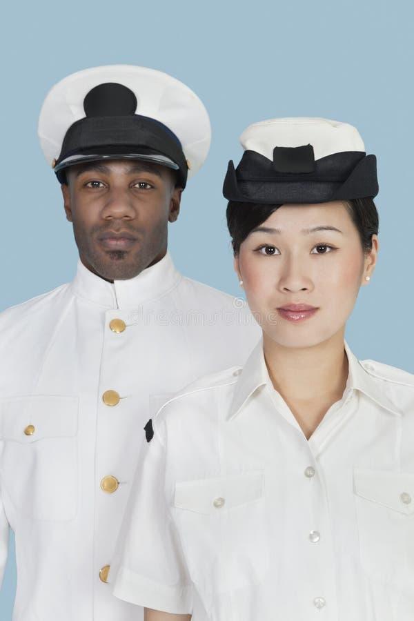 两名美国海军官员画象在浅兰的背景的 图库摄影