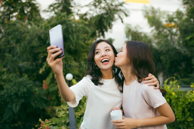 两名美好的幸福长的头发妇女生活方式使用 免版税库存照片
