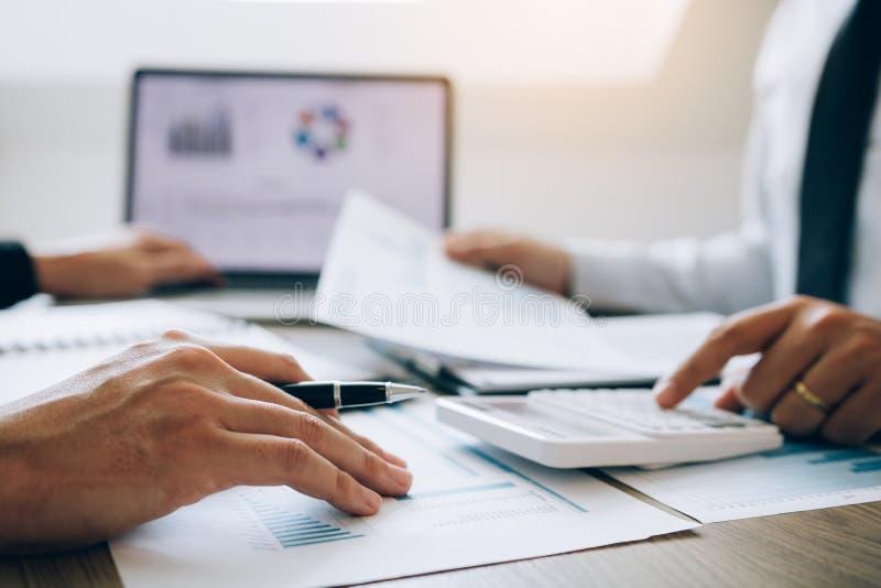 两名雇员计算关于公司的赢利在扣除费用以后 库存图片