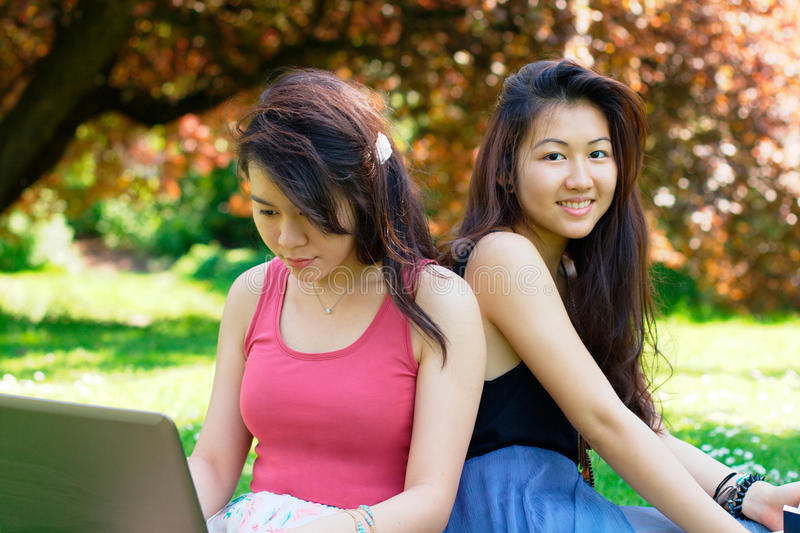 两名年轻亚裔学生 库存图片