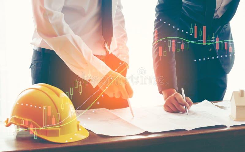 两商人的图象或工程师谈论销售图在桌上的报告纸 免版税库存图片