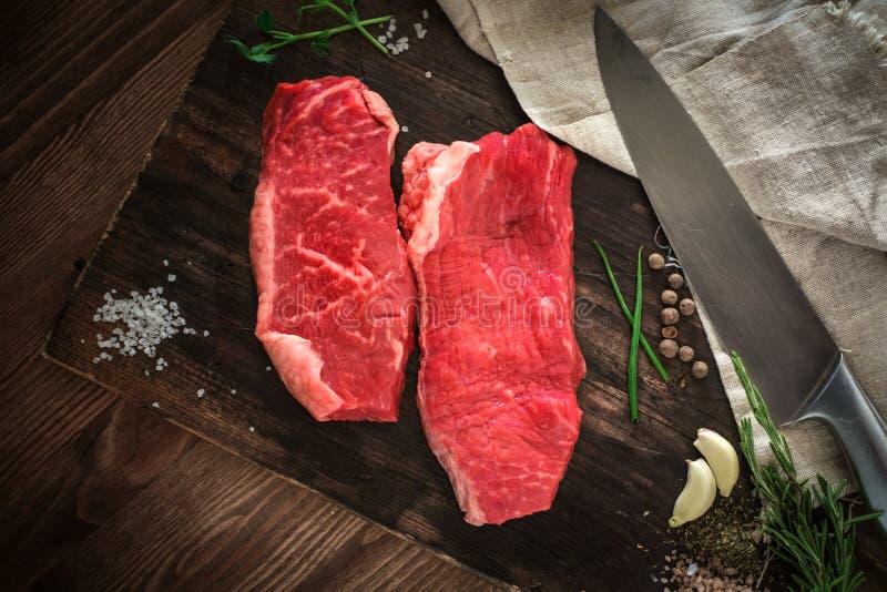 两在一个木板的未加工的牛颈肉牛排 图库摄影