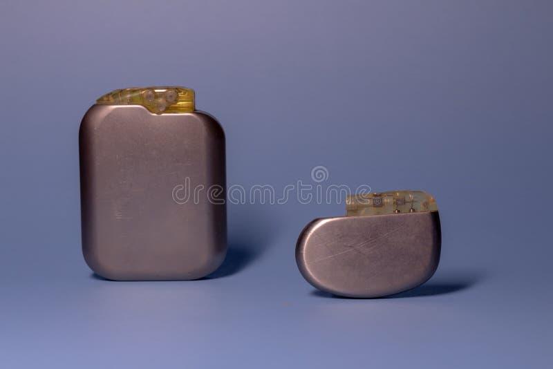 两在中立背景的老心脏起搏器收藏 在人的可植入的可移植的设备 免版税库存照片