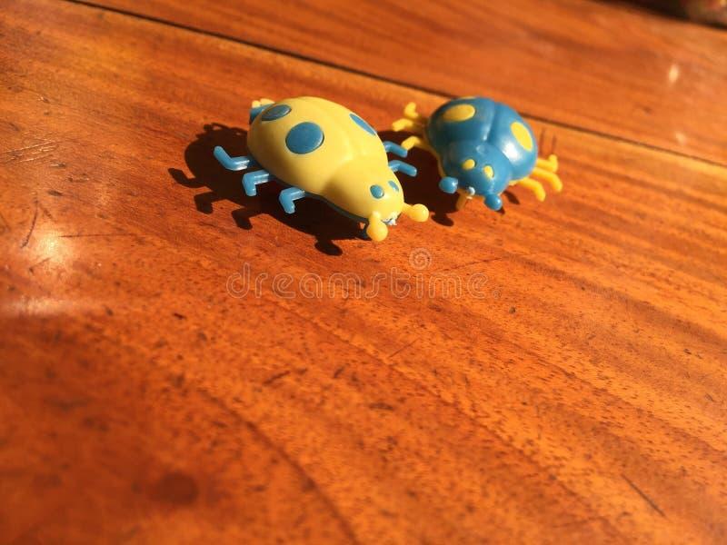 两在仅桌黄色的玩具戏弄那里 免版税库存图片
