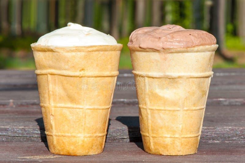 两在奶蛋烘饼杯子的冰淇凌 户外特写镜头 库存照片