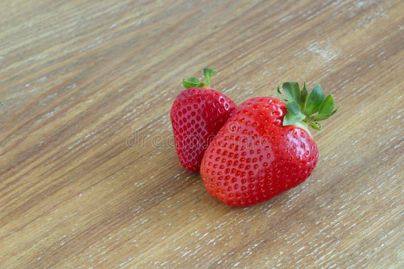 两在木背景的红色草莓 库存照片