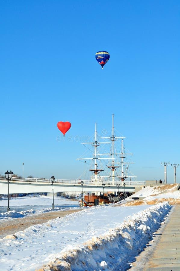 两在步行桥的气球和堤防在Veliky诺夫哥罗德,俄罗斯 冬天城市风景 库存照片