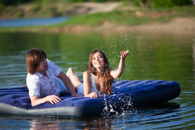 Download 两在游泳床垫 库存图片. 图片 包括有 休闲, 幸福, 海岸, 浪花, 微笑, 火箭筒, 朋友, 放松, 享受 - 62530553