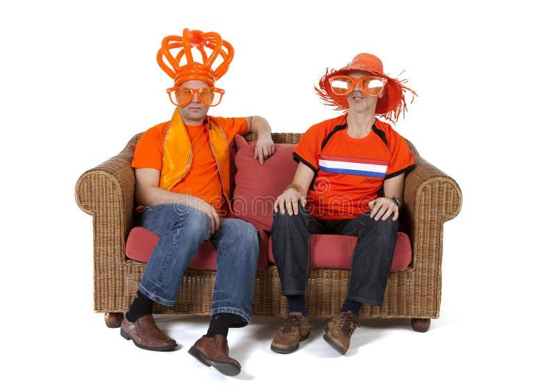 两在白色背景的荷兰人足球迷观看的比赛 免版税库存照片