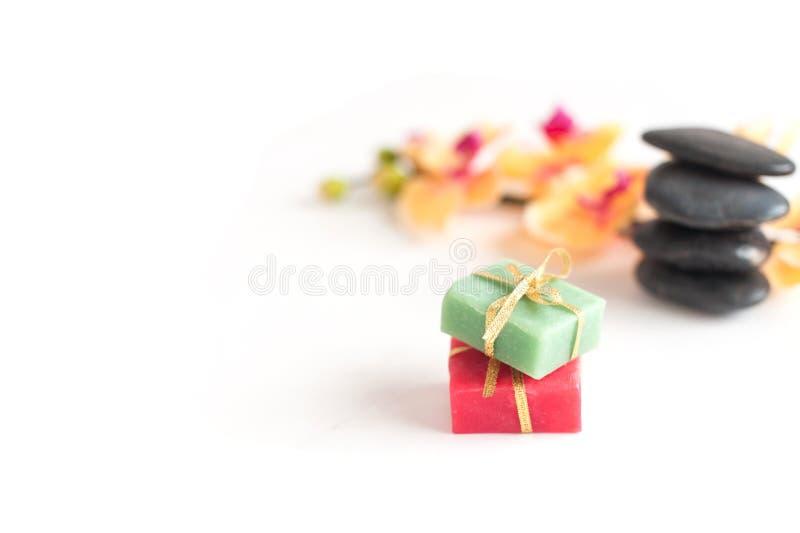 两在石头和兰花背景的芬芳肥皂  免版税库存图片