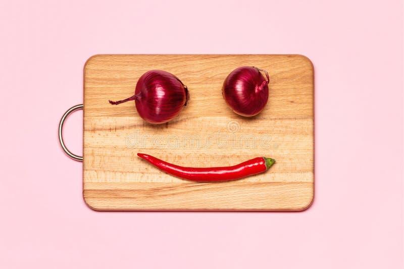 两在红辣椒附近的新紫罗兰色弓 免版税图库摄影