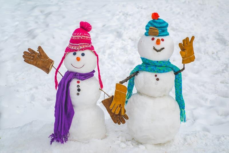 两在雪背景的雪人 在爱的雪人夫妇有乐趣圣诞节或新年 新年快乐雪人朋友 库存照片