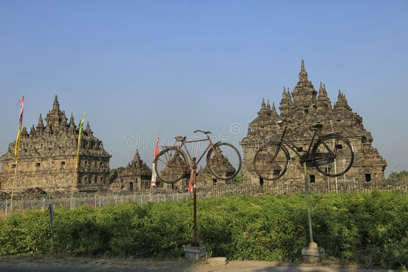 两在Plaosan寺庙前面的老自行车 免版税库存图片