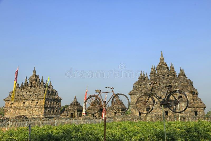 两在Plaosan寺庙前面的老自行车 免版税库存照片
