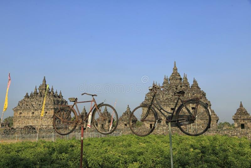 两在Plaosan寺庙前面的老自行车 库存照片