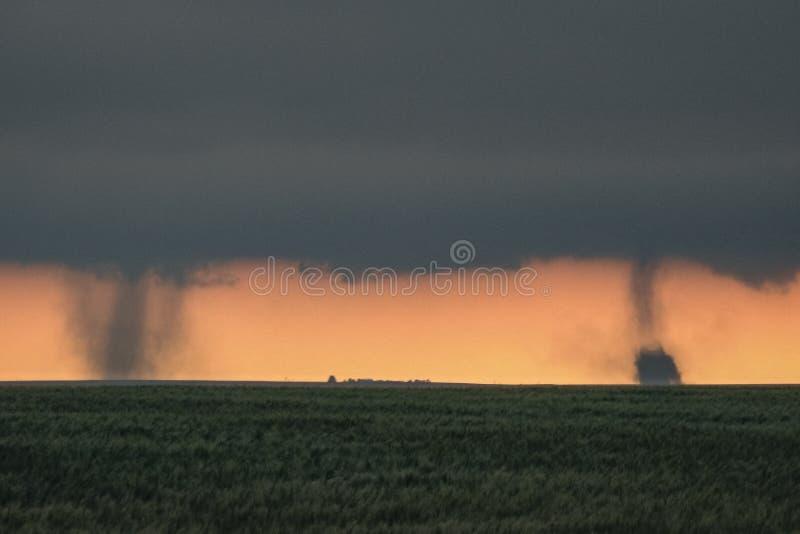 两场龙卷风在科罗拉多东部平原,一个罕见和壮观的天气事件同时着陆 库存图片