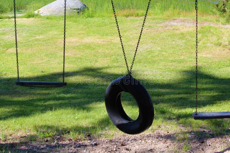 两块木板摆动轮胎摆动 免版税库存照片