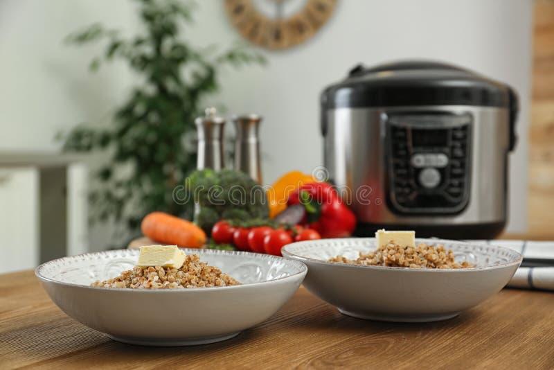 两块板材用可口荞麦和现代多烹饪器材 库存照片