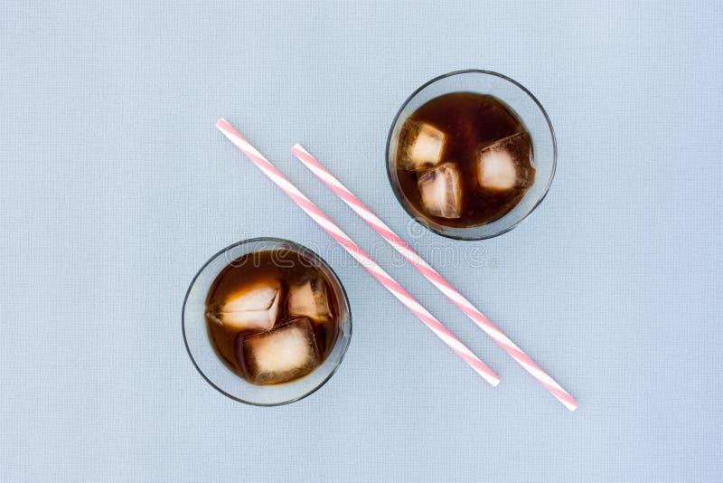 两块玻璃充满冰冻咖啡和冰块 免版税库存图片