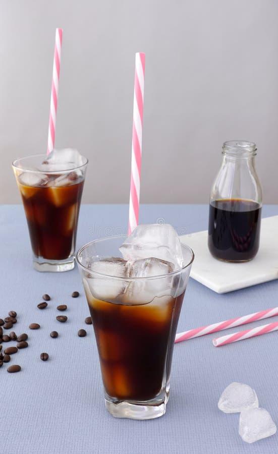 两块玻璃和一个瓶用冷的酿造咖啡 库存照片