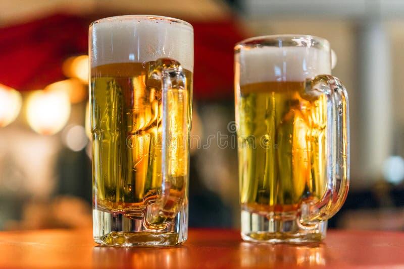 两块玻璃用在桌上的啤酒,东京,日本 特写镜头 免版税库存图片