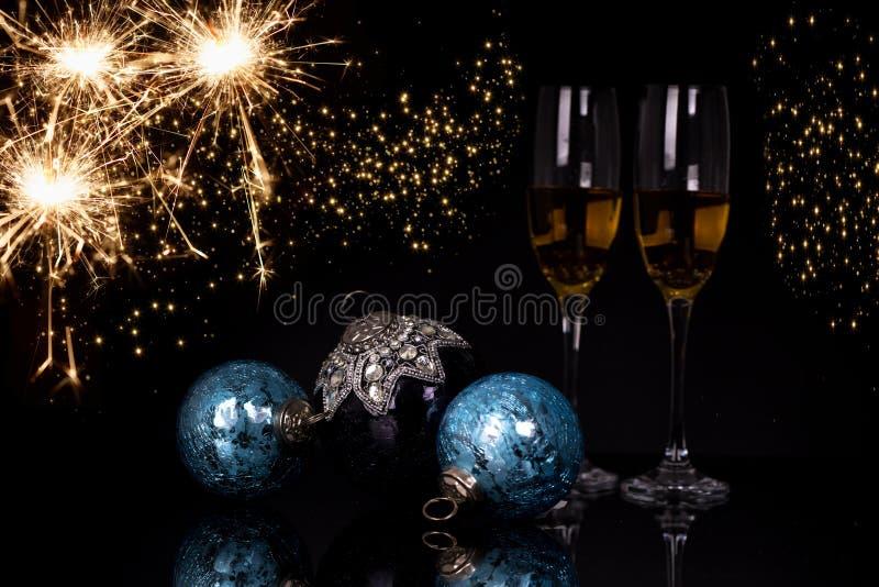两块玻璃香槟、闪烁发光物和圣诞节装饰品 免版税库存照片