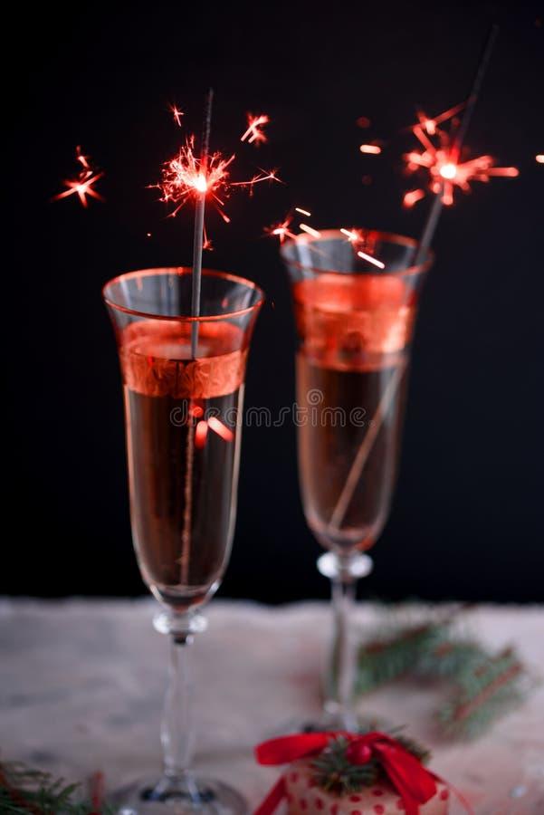 两块玻璃香槟玻璃 在除夕的两块美丽的玻璃香槟玻璃 绘在2019年的时兴的颜色 库存照片