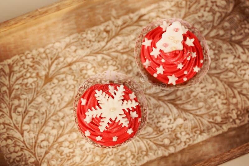 两块红色杯形蛋糕 库存图片