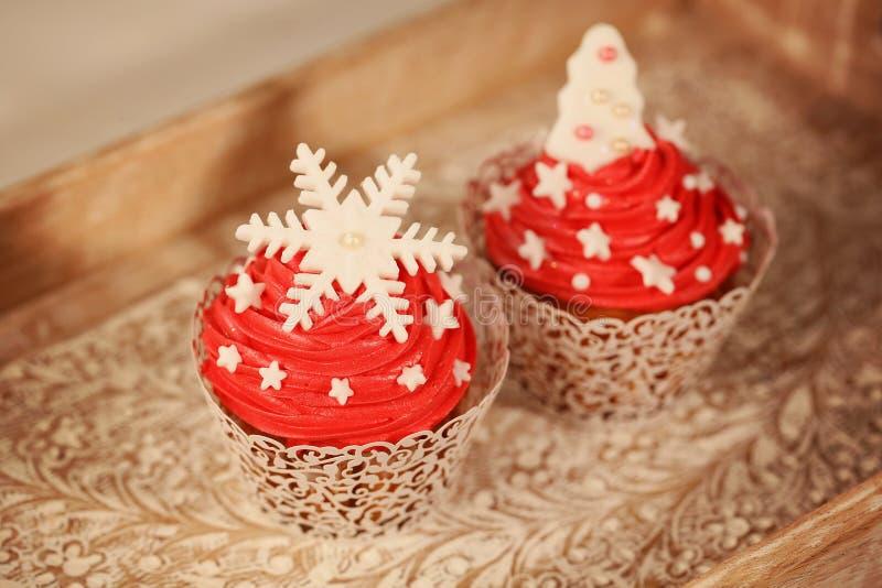 两块红色杯形蛋糕 免版税图库摄影