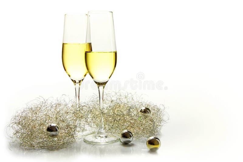 两块长笛香槟玻璃新年和金黄装饰 免版税库存图片