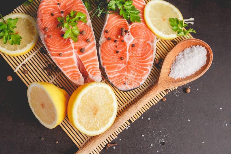 两块鲑鱼排用柠檬、胡椒和盐 在视图之上 库存照片