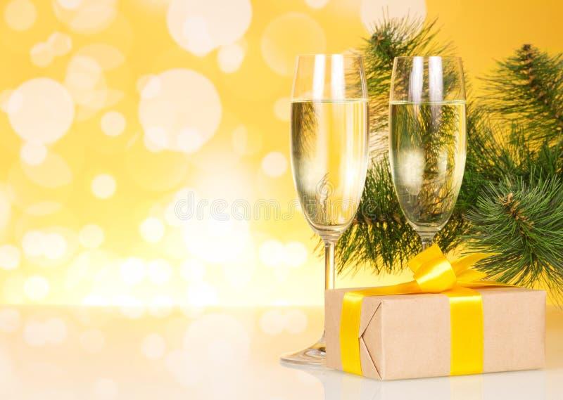 两块玻璃用香槟和礼物在背景 库存图片