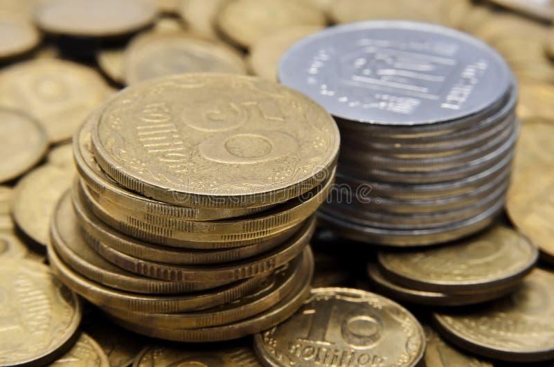 两堆黄色和白合金硬币  库存图片