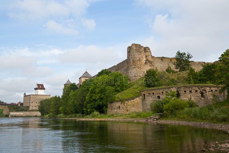 两堡垒在Ivangorod、俄罗斯和纳尔瓦,爱沙尼亚 免版税库存照片