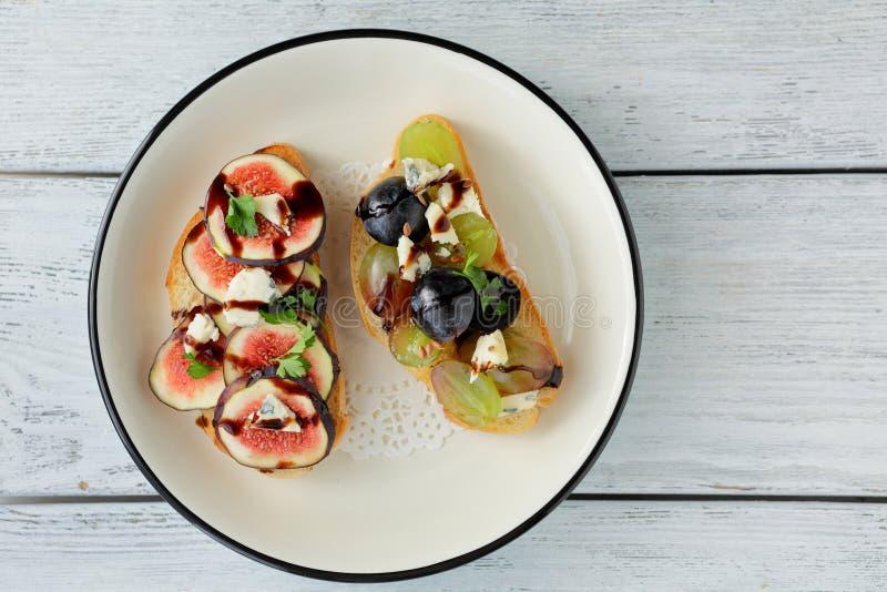 Download 两多士用果子和乳酪 库存照片. 图片 包括有 多士, 健康, 制动手, brunching, 膳食, appleseed - 62539142