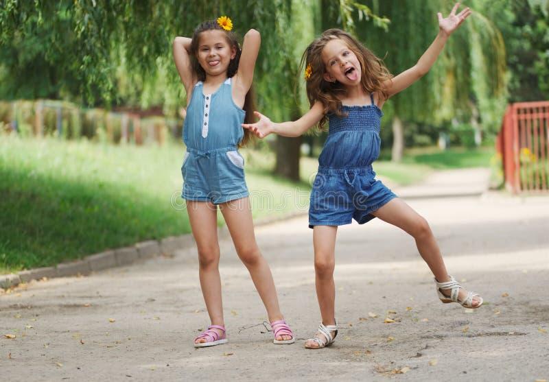 两女孩照片在夏天公园 免版税库存图片
