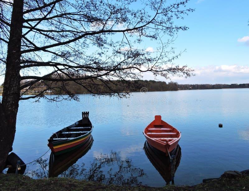 两小船在湖,立陶宛 库存图片