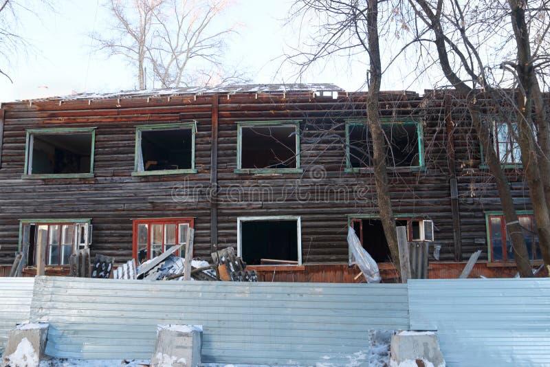 两层被放弃的木房子 免版税库存照片