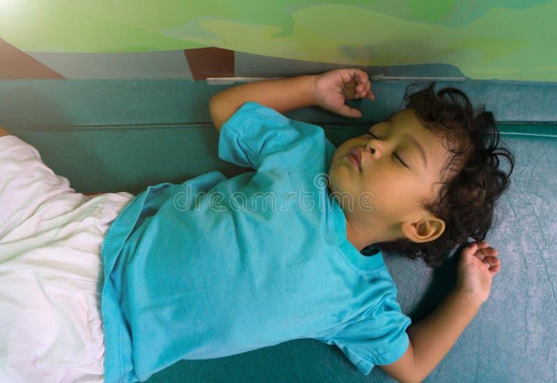 两岁睡觉在床垫的亚裔儿童 库存图片