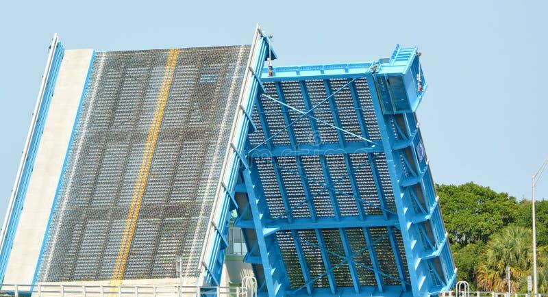 两岸间的吊桥 库存图片