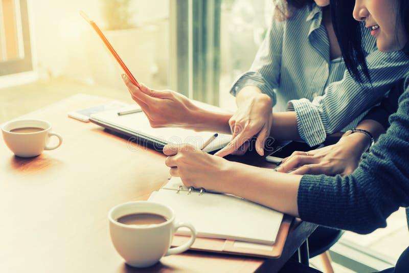 两工作与数字片剂一起的亚裔女商人在办公室 企业概念查出的小组白色 免版税图库摄影