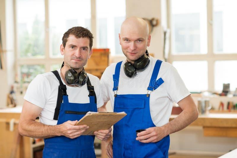 两工作者在木匠` s车间 库存图片