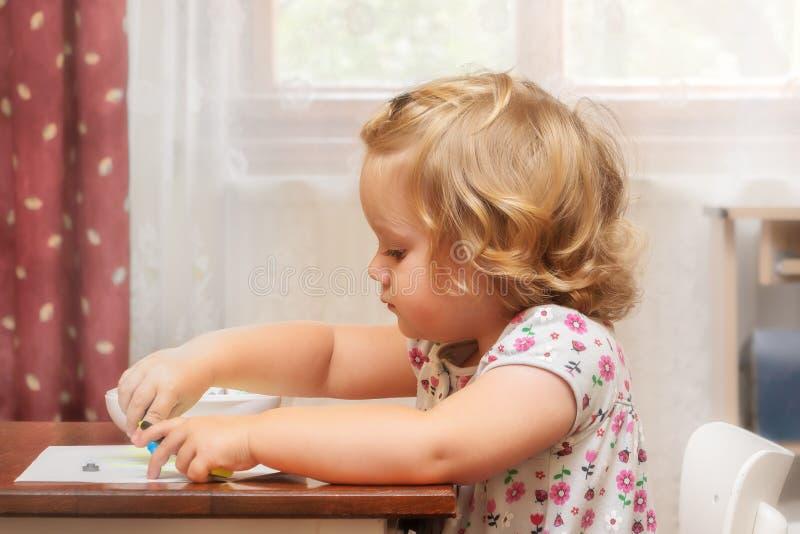 两年软的画象白肤金发的孩子,女孩 库存照片