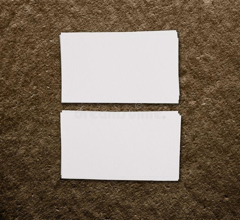 两张水平的名片大模型在棕色背景的 库存图片