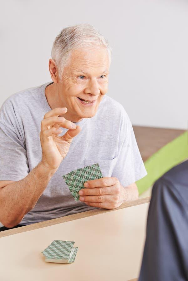 两张老人纸牌在老人院 免版税图库摄影
