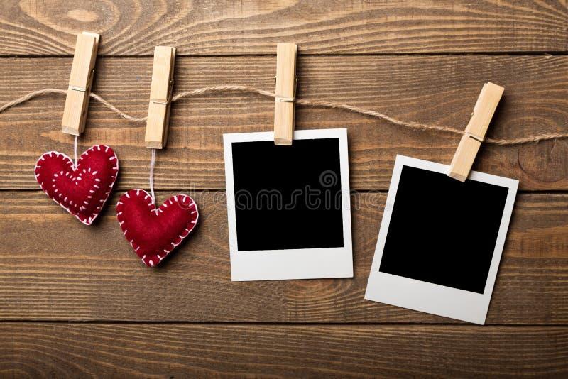 两张葡萄酒空白的照片和软心脏垂悬 免版税图库摄影