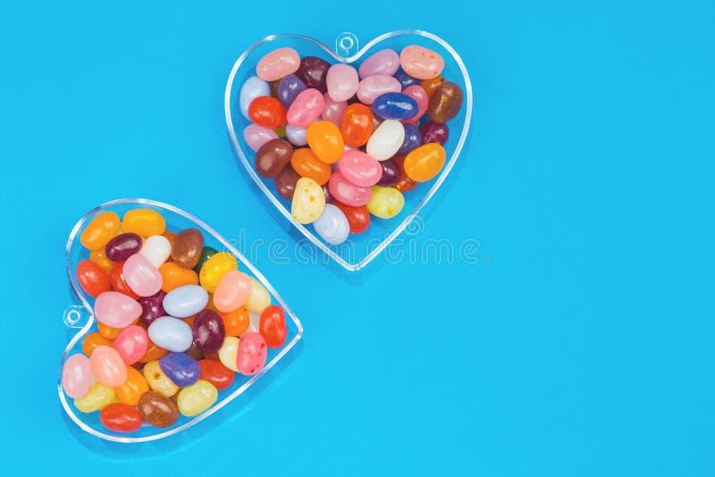 两心脏用在蓝色背景的糖果 免版税库存照片