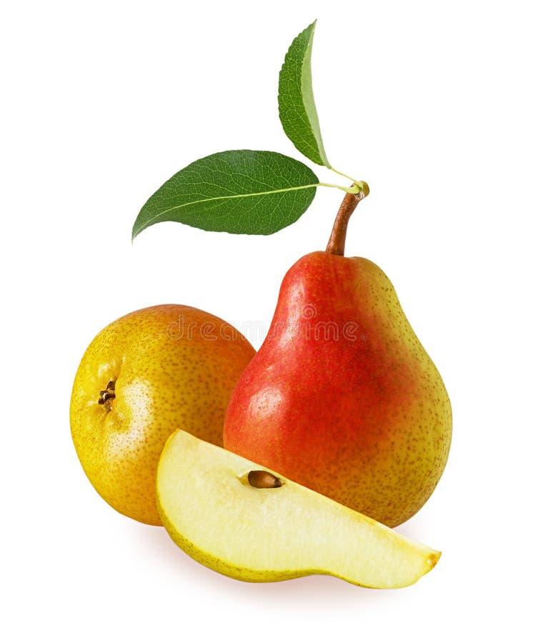 两成熟整个水多的梨和部分切片与在白色背景隔绝的叶子 库存照片
