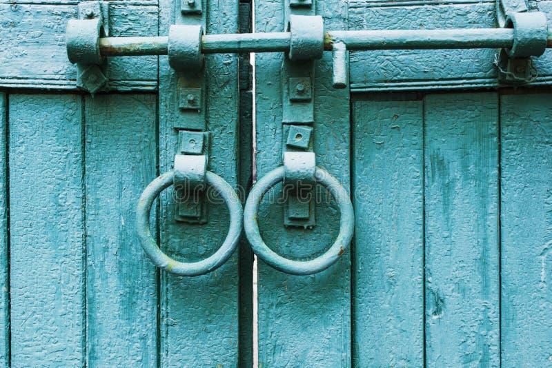 两扇门环的古木门 免版税库存图片