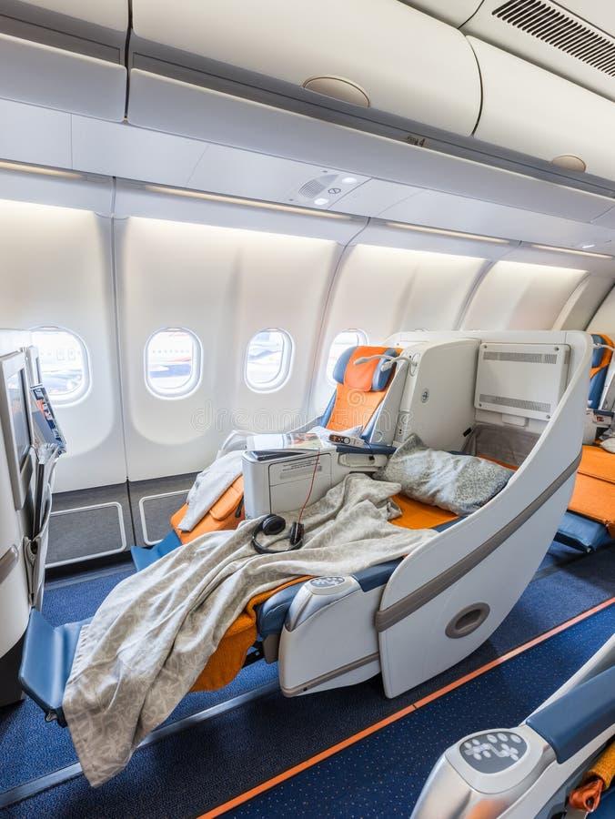 两把椅子充分准备睡觉在飞机沙龙 库存照片
